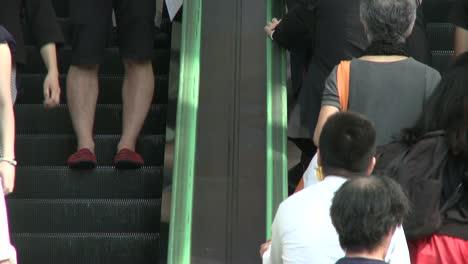 Personas-en-escaleras-mecánicas-en-Tokio