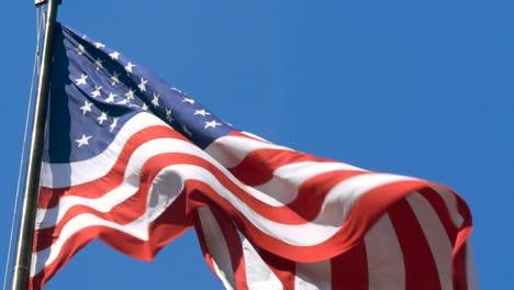 Cerca-de-la-bandera-de-Estados-Unidos-volando