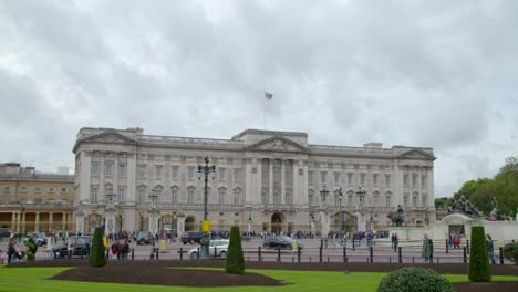 Buckingham-Palace-with-UK-Flag-Flying