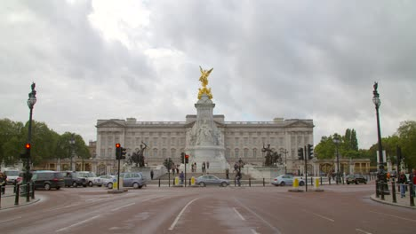 Traffic-Driving-Past-Buckingham-Palace
