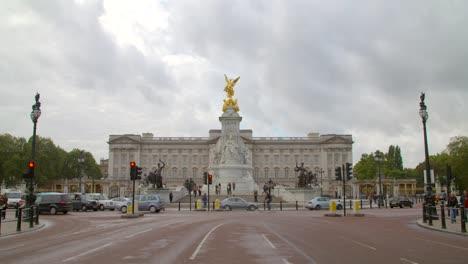 Traffic-Driving-Past-Buckingham-Palace