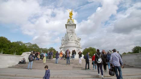Tourists-at-the-Victoria-Memorial