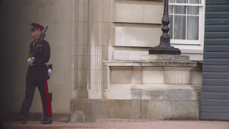 Guardia-marchando-frente-al-Palacio-de-Buckingham
