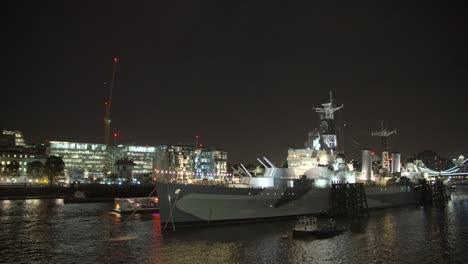 Barco-más-pequeño-pasando-HMS-Belfast-en-el-río-Támesis