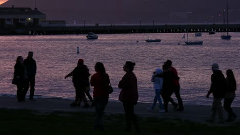 Silhouetted-Tourists-at-San-Francisco-Waterfront