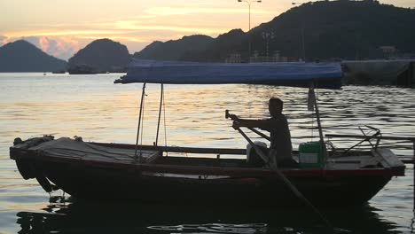 Traditional-Vietnamese-Boat-on-Ha-Long-Bay-at-Sunset