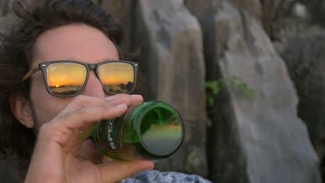 Hombre-bebiendo-cerveza-al-atardecer