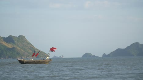 Traditional-Vietnamese-Fishing-Boat-on-the-Bay