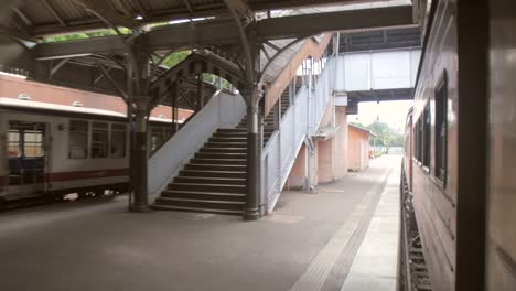 Old-Sri-Lankan-Train-Leaving-Station