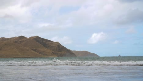 Waves-Crashing-on-New-Zealand-Beach