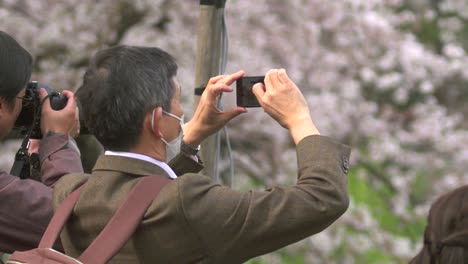 Tourists-Taking-Photos-on-Smartphones