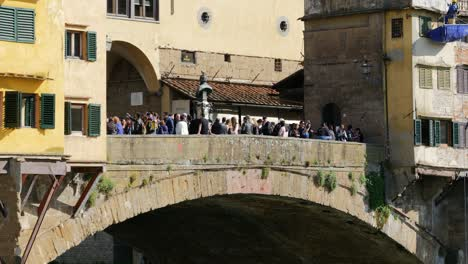 Tourists-On-Ponte-Vecchio