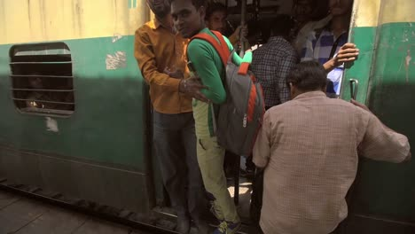 Passengers-Boarding-a-Crowded-Train-in-India