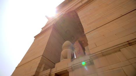 Mirando-hacia-la-puerta-de-la-India-Nueva-Delhi