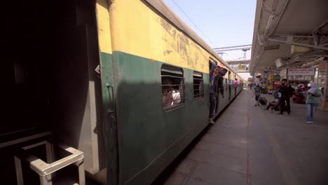Passengers-Boarding-a-Moving-Indian-Train