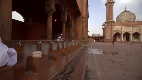 People-Bathing-in-Jama-Masjid