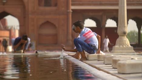 Worshippers-Washing-in-Jama-Masjid