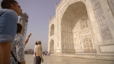 Panning-Shot-of-Sightseers-at-the-Taj-Mahal