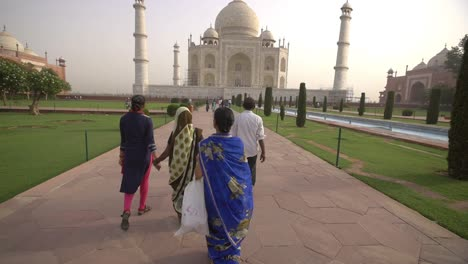People-Walking-Towards-the-Taj-Mahal