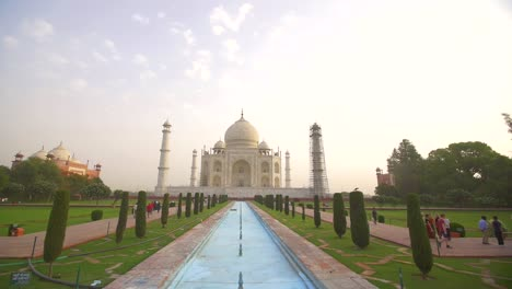 Handheld-Shot-of-the-Taj-Mahal