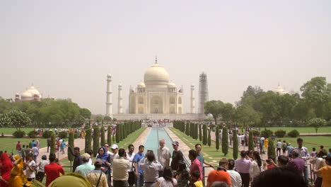 Tourists-at-the-Taj-Mahal