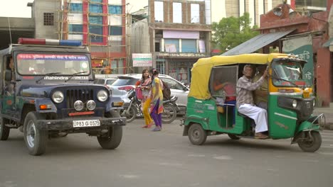 Tuk-Tuk-and-Other-Traffic-at-an-Indian-Intersection