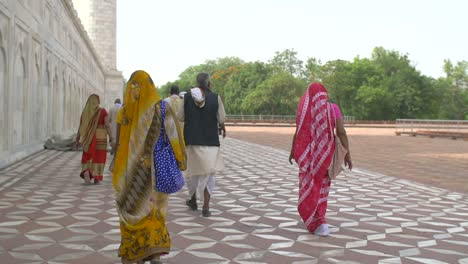 Indian-Men-and-Women-in-Traditional-Dress