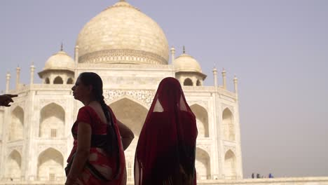 Traditionally-dressed-Indian-Lady-at-Taj-Mahal