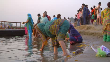 Woman-Scooping-Up-Water-From-the-Ganges