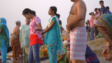 Crowd-on-the-Ganges-Riverbank
