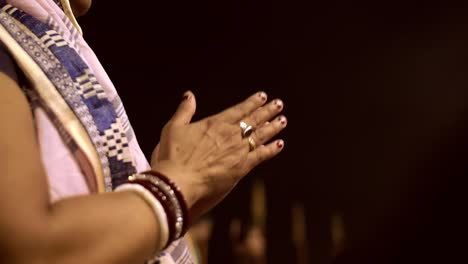 Lady-Clapping-at-Varanasi-Night-Ceremony