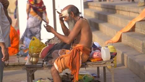 Sadhu-Applying-Tilaka