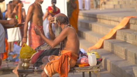 Sadhu-Applying-Devotional-Face-Paint