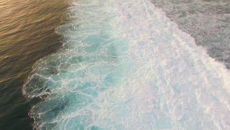 Olas-azules-rompiendo-sobre-los-arrecifes