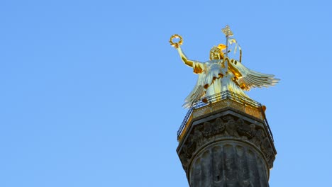 Looking-Up-at-Victory-Column