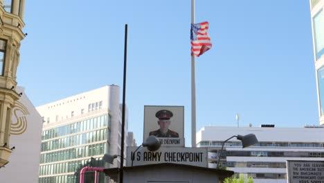 Bandera-de-Estados-Unidos-sobrevolando-el-puesto-de-control-Charlie