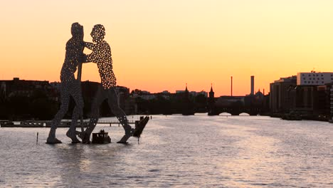Molecule-Man-on-the-River-Spree-Berlin