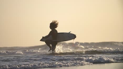 Surfer-corriendo-por-la-playa