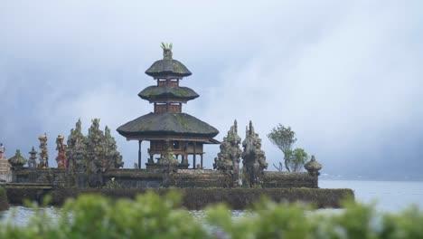 Pequeña-pagoda-en-el-lago-Bratan