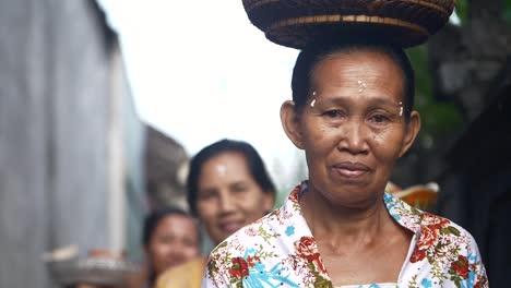 Mujer-llevando-cesta-en-cabeza