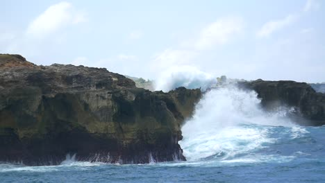 Huge-Waves-Hitting-Bali-Coastline