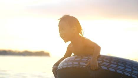 Niño-jugando-en-el-mar