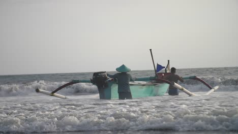 Steering-an-Outrigger-Into-the-Waves