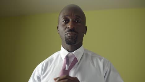 Hombre-atar-su-corbata