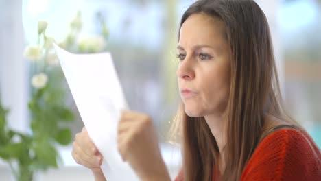 Señora-estresada-leyendo-el-correo