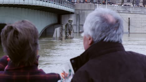 OTS-of-Couple-Observing-Flooded-Zouave-Statue