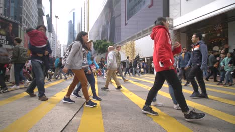 Pedestrians-Crossing-Street-in-Hong-Kong