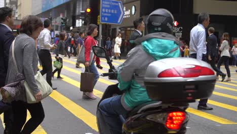 People-Crossing-Road-in-Hong-Kong-CBD