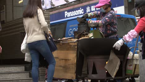 Street-Food-Vendor-in-Hong-Kong