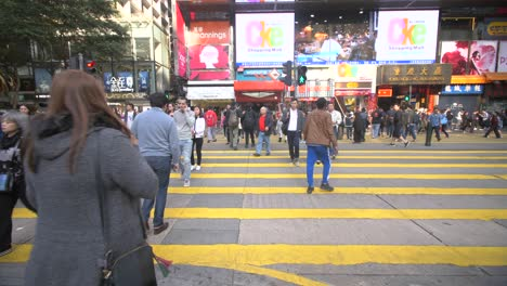 Crowds-Crossing-the-Street-in-Hong-Kong